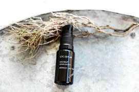 Nachshoppen auf: https://www.biobeautyboutique.com/kahina-giving-beauty/kahina-giving-beauty-eye-serum